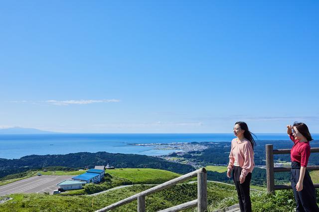画像: 男鹿半島の入り口から、360度の眺望を楽しめる「寒風山回転展望台」