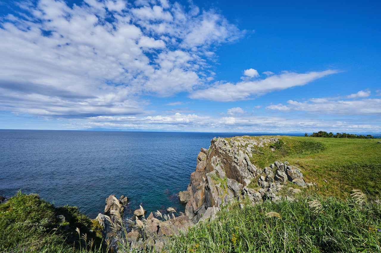 画像: 切り立った崖。のみならず、見どころ豊富な「入道崎」