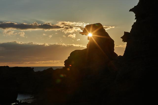 画像1: 夕日にシルエットを照らされる「ゴジラ岩」は必見のスポット