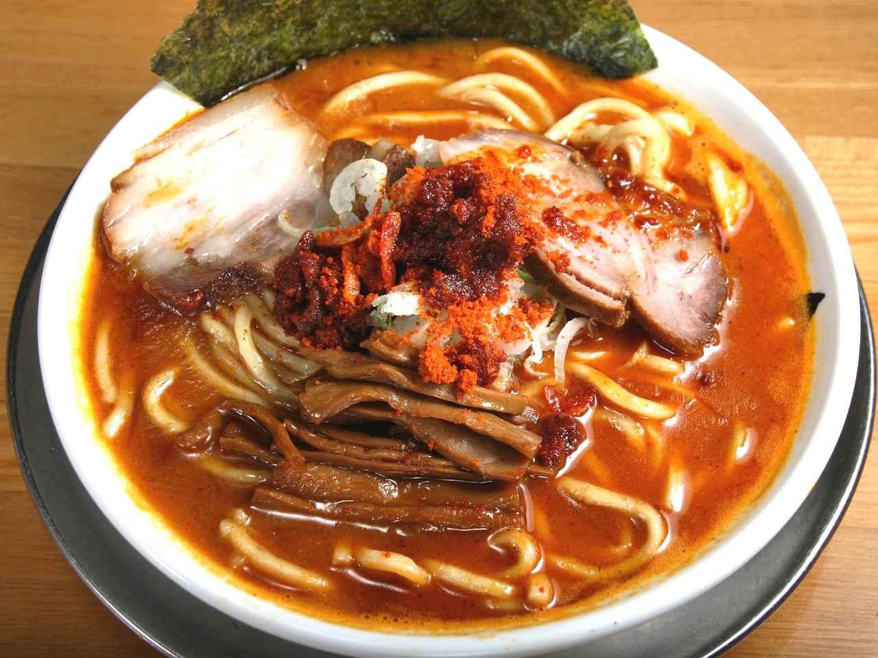 画像: 魚辛ソバ(中) 850円。清水森ナンバを用いた、辛さの中に旨みも溶けこむスープ。
