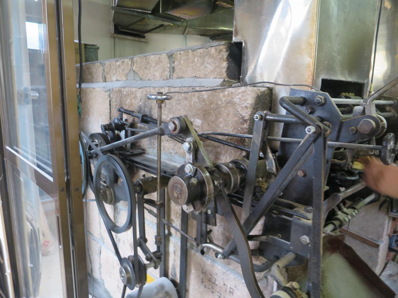 画像: 通常の2倍の大きさの石窯を用い、常に火加減を調節しながら150度を超える温度で焼く