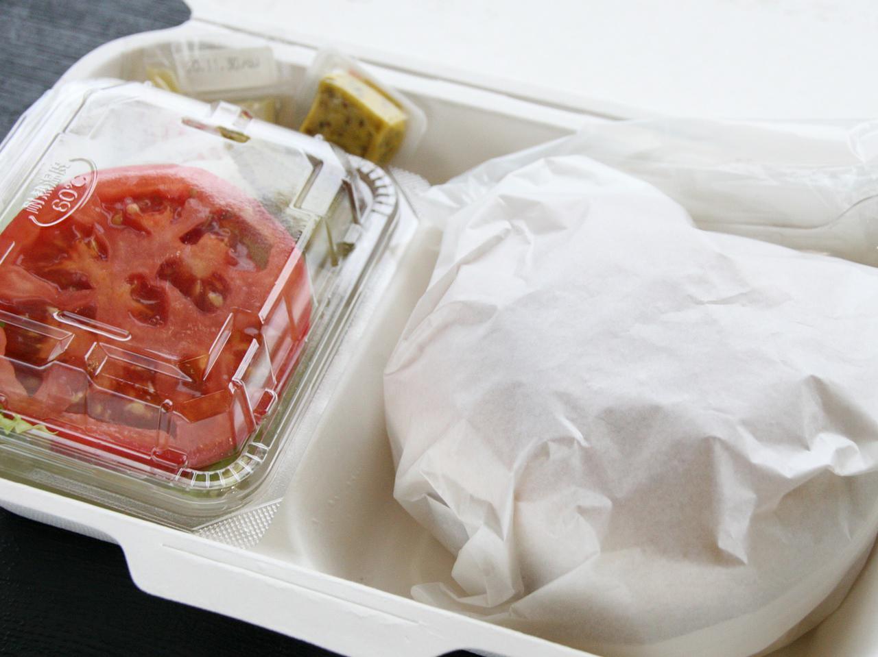 画像: 野菜が別添えゆえ、包装されたバンズ&パテをレンジで温めてもシャキシャキ野菜と合わせられる