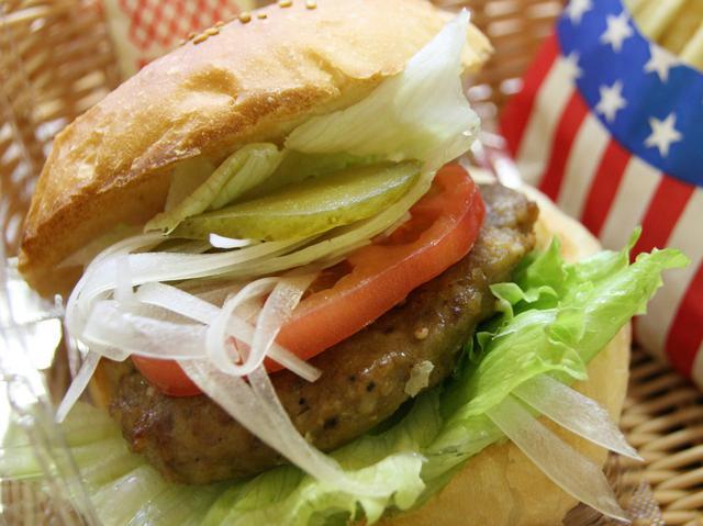 画像: レタスやトマトなどの野菜を自分好みに挟んで味わうハンバーガー