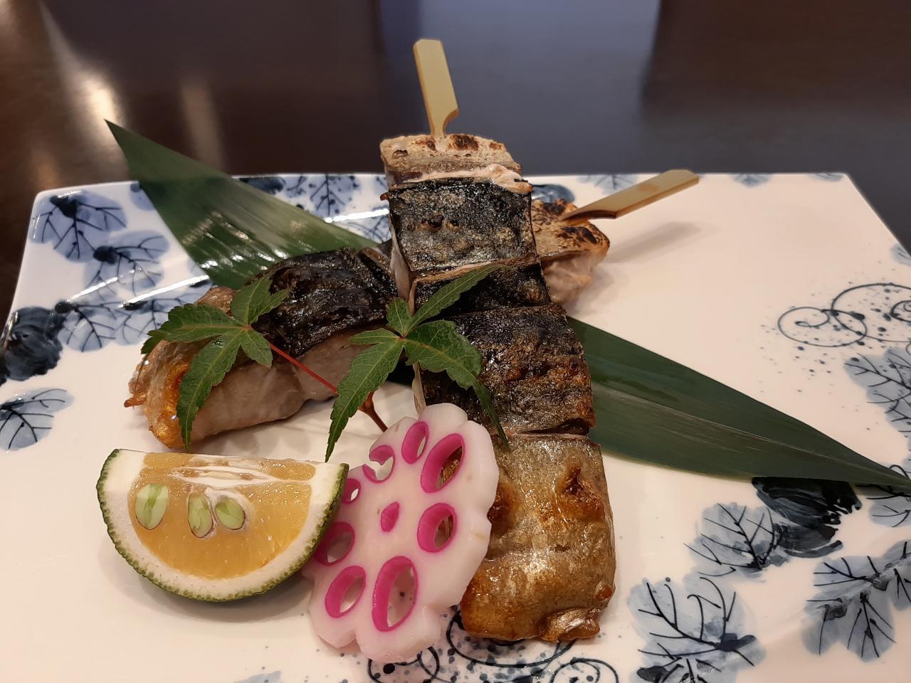 画像: 「銀ざばの串焼き」1本500円。パリッと焼かれた皮の食感や、ジューシーな脂、芳醇な旨みを一度に