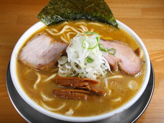 画像: 豚鶏魚介ソバ(中) 730円。濃厚&バランス重視の1杯は、実は熱々な仕上がり