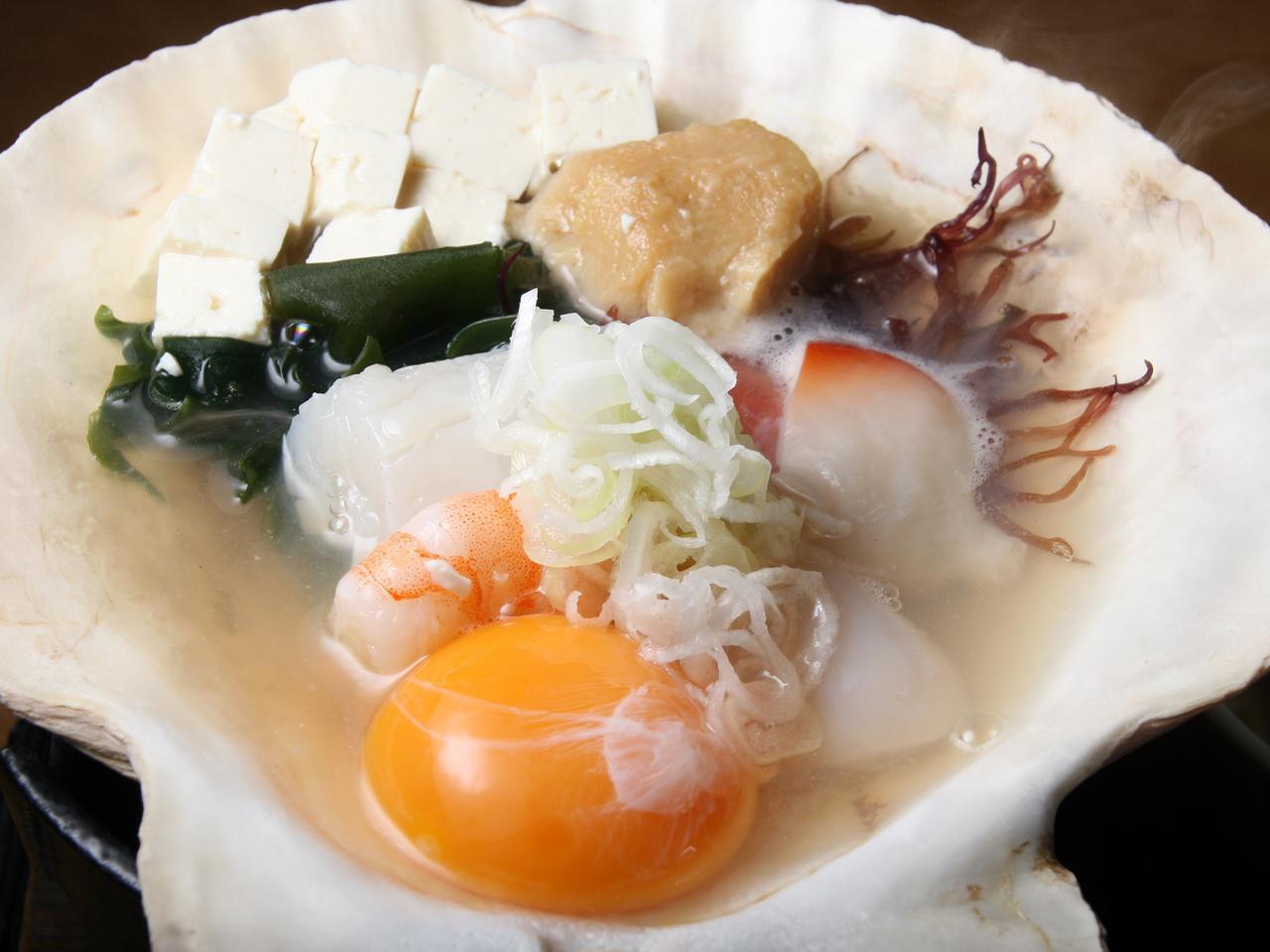 画像: 青森名物のみそ貝焼き。卓上で火にかけ、味噌と卵をといで熱々を。爽やかなしょっぱさがいい