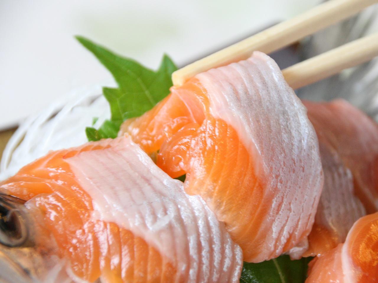 画像: 驚愕の旨みのひめます刺身。ピンク色だが、増えたわかさぎを食べるため、白めなタイプも増加中
