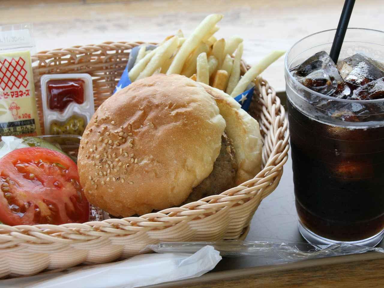 画像: 三沢エアフォースバーガー セット 650円。ポテトもBIGサイズで食べ応えあり