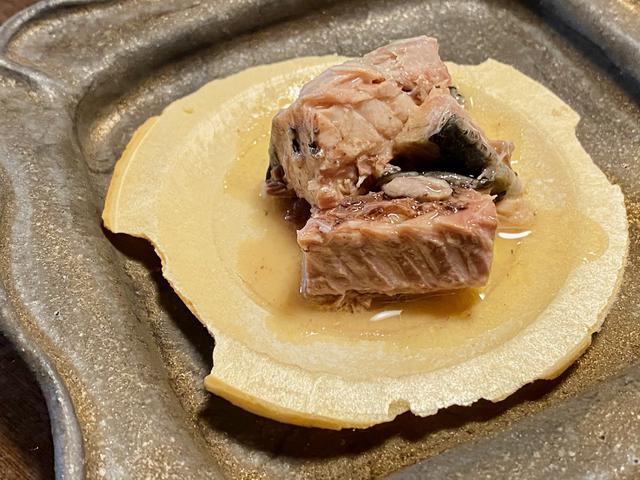 画像1: 八戸のソウルフード・南部せんべいと、脂の乗ったサバの水煮缶