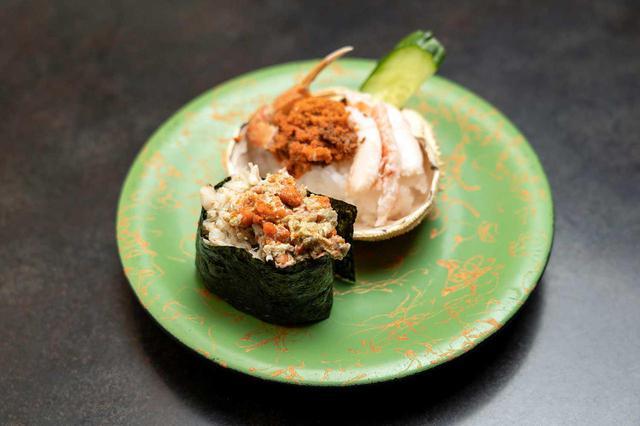 画像: 香箱蟹。香箱とは雌のズワイガニのこと。石川産は11月から12月までと漁期が短く、食べられる時期も限られます(写真は新潟産を使用)