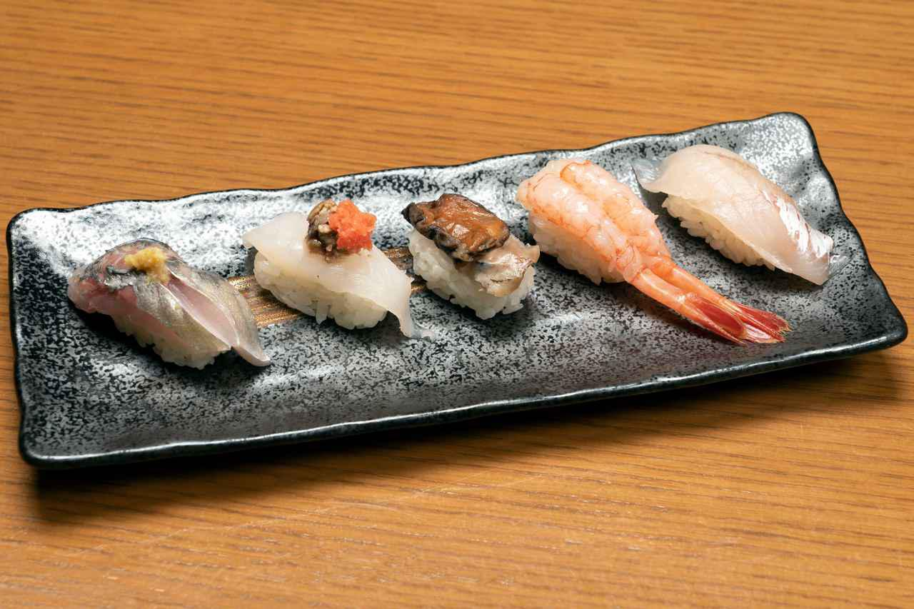 画像: せっかく金沢に来たので石川県の魚を食べたいと思ったら、おすすめなのが地物5点盛り。この日は、右から地物ほうぼう、地物甘えび、地物サザエ、地物皮はぎ肝付き、地物あじ。