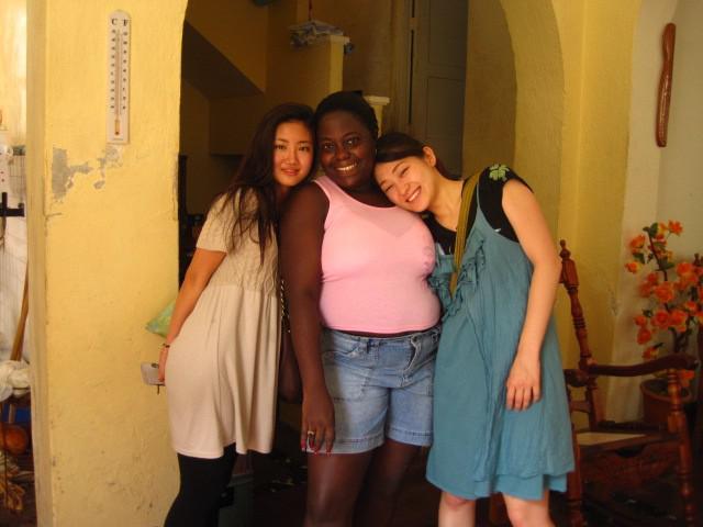 画像: コムアイさん(右) キューバでの1枚