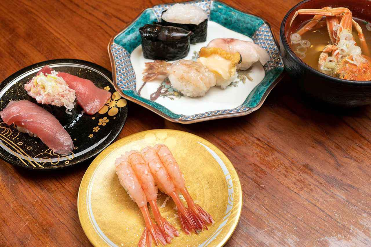 画像: 時計回りに手前から、金沢甘えび、まぐろ三点盛り、北陸五点盛り、香箱かに汁。まぐろは生を使用、香箱がには船内冷蔵したもので一年中食べられます。