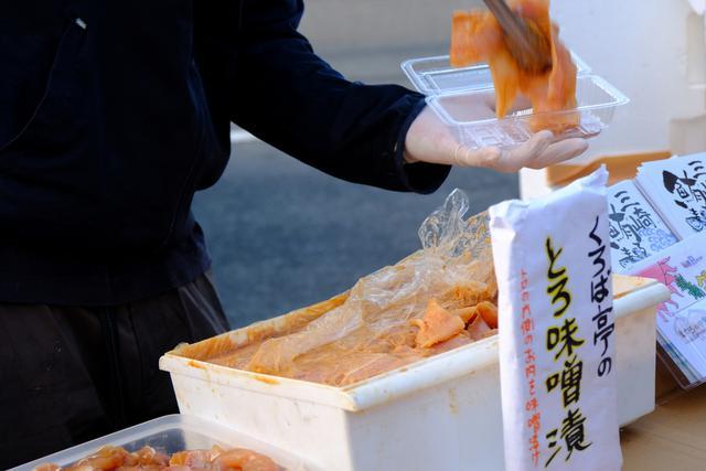 画像: 色んなマグロ料理で人気「くろば亭」も出店していました。朝の時間帯だけでも十分三崎を堪能できる、それが三崎朝市です。