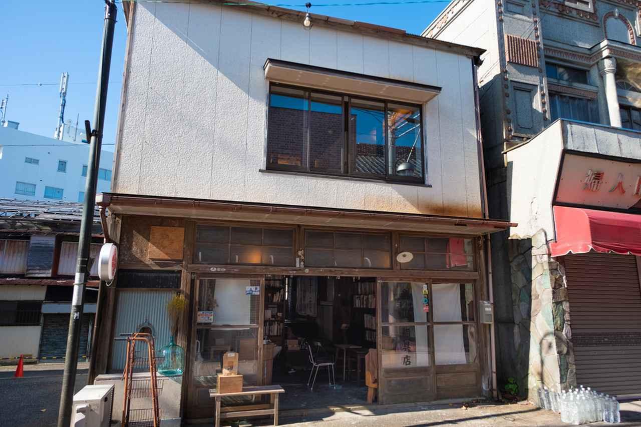 画像: 商店街をぶらぶらしながら、色んなお店を覗きます。最初はブックカフェの「本と屯(たむろ)」。