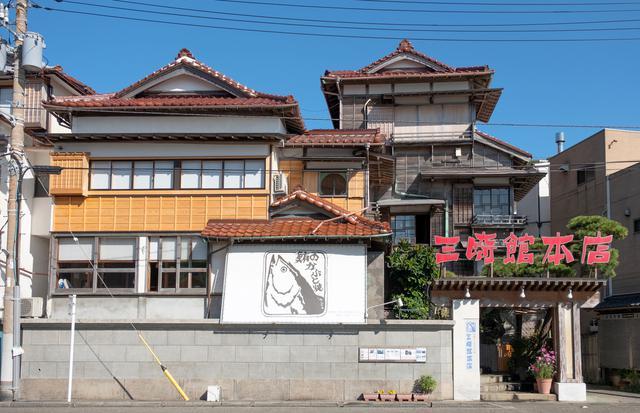 画像: 港近くにはマグロかぶと焼きで有名な三崎館もありました。木造建築で風情がある建物です。