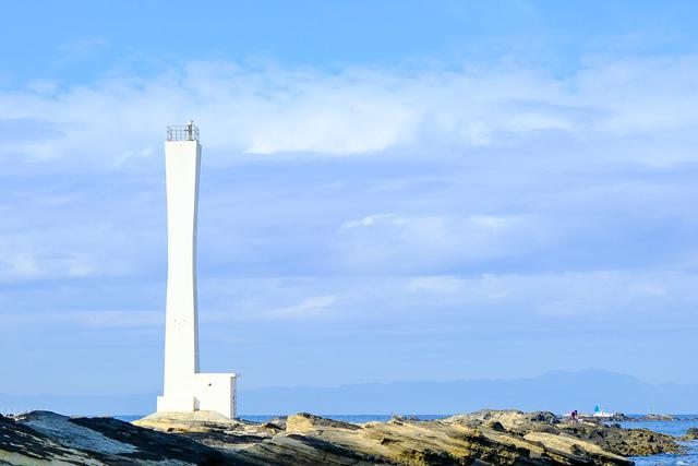 画像: 存在感ある灯台「諸磯埼灯台」もありました。まるで現代アートのオブジェのようでした。