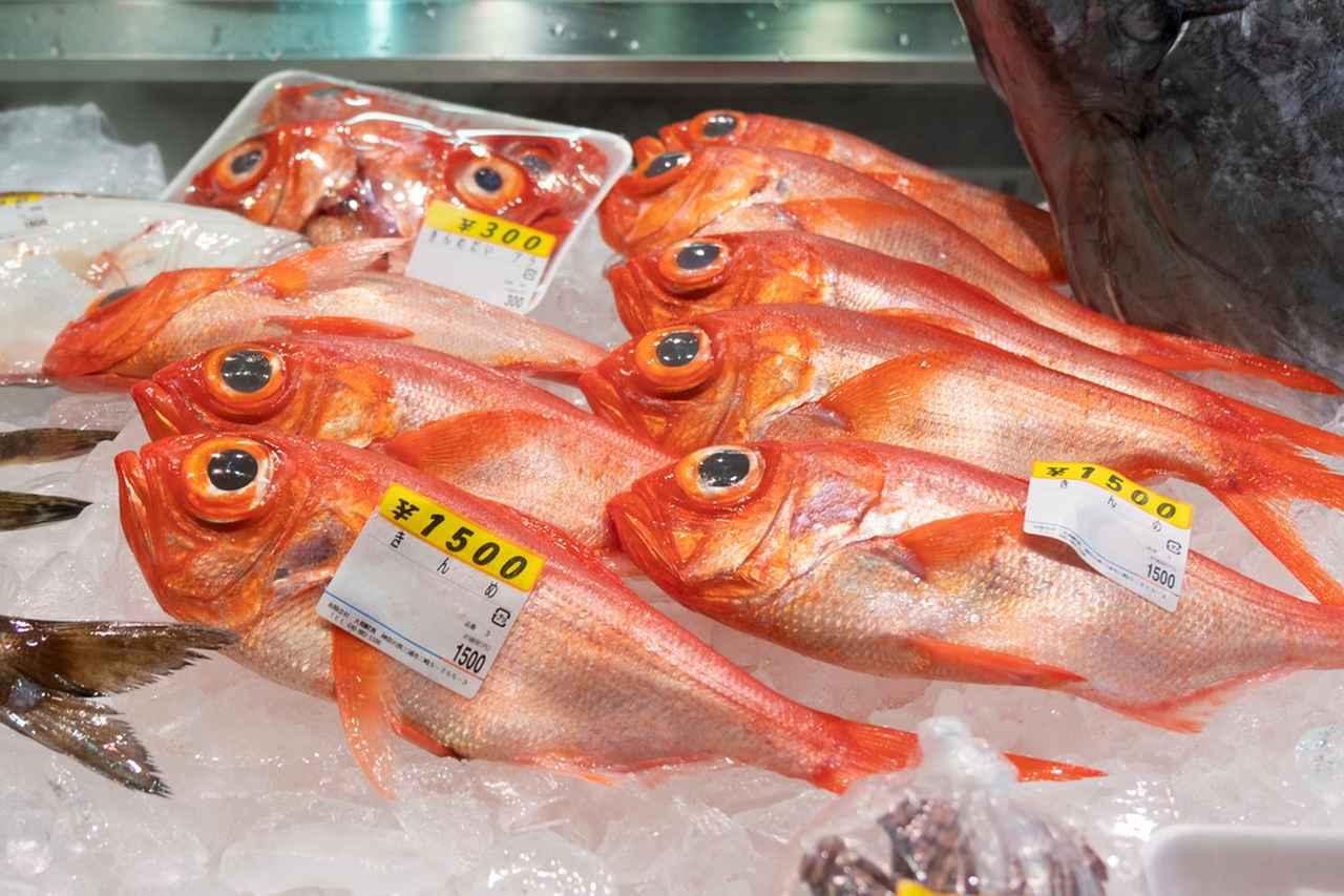 画像: うらりマルシェではたくさんの魚屋さんが元気に声をかけてきます。新鮮なお魚が並びます。