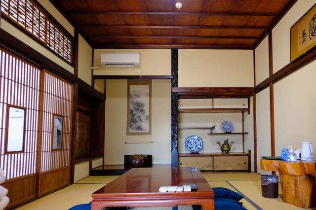 画像: 酒店の2階は「酒宿 山田屋」、1日1組の宿泊施設となっています。10畳と8畳がつながった広めのお部屋で床の間や畳といった純和風の造り。