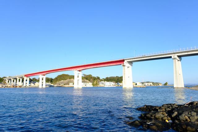 画像: 帰りの渡船にまたレンタサイクルを積み、三崎まで戻ります。城ヶ島へは城ヶ島大橋を使って車、路線バスで行くことも可能です。