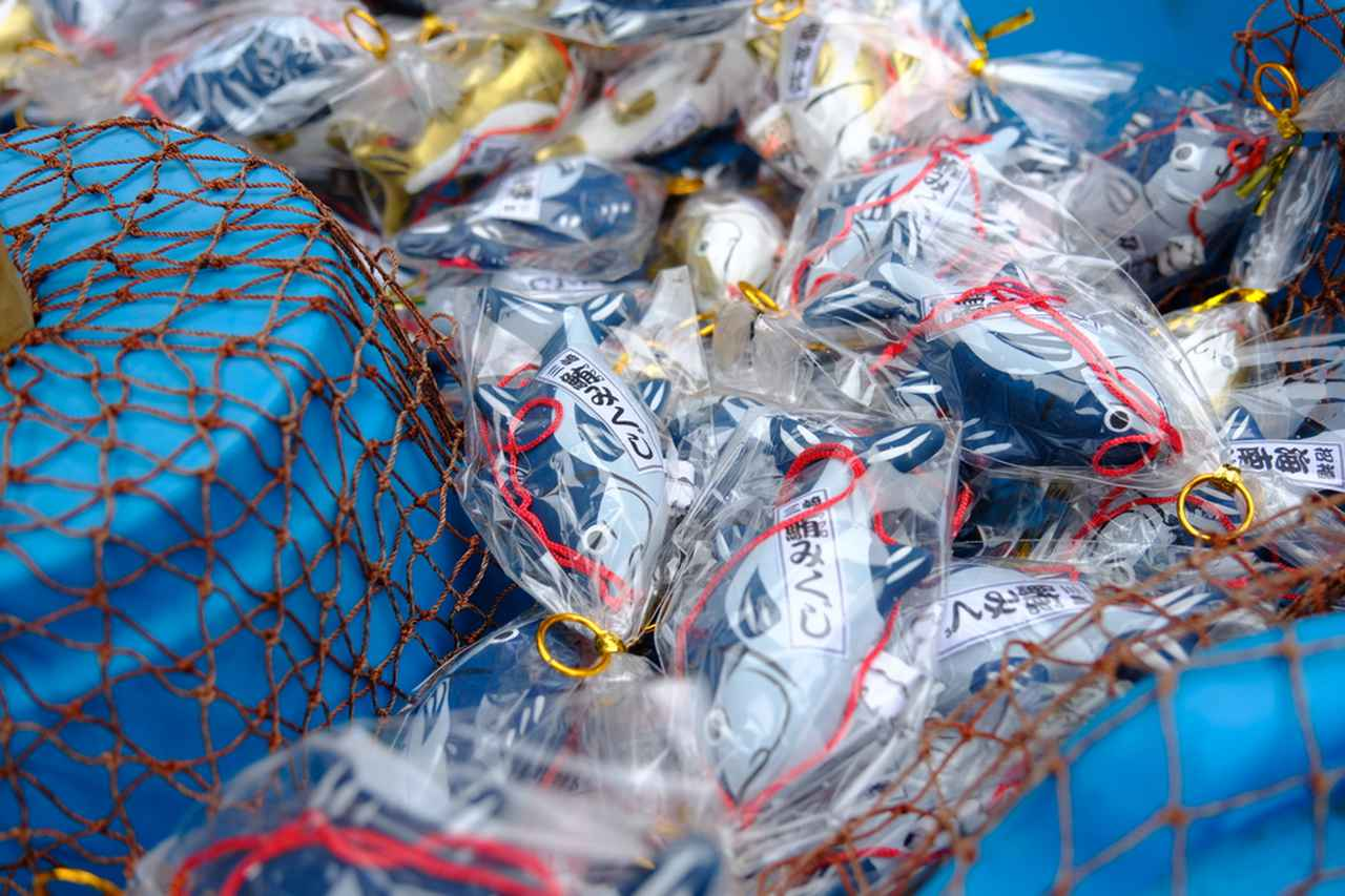 画像: 海南神社では鮪みくじもぜひ。釣り糸を垂らしてひっかけて占います。