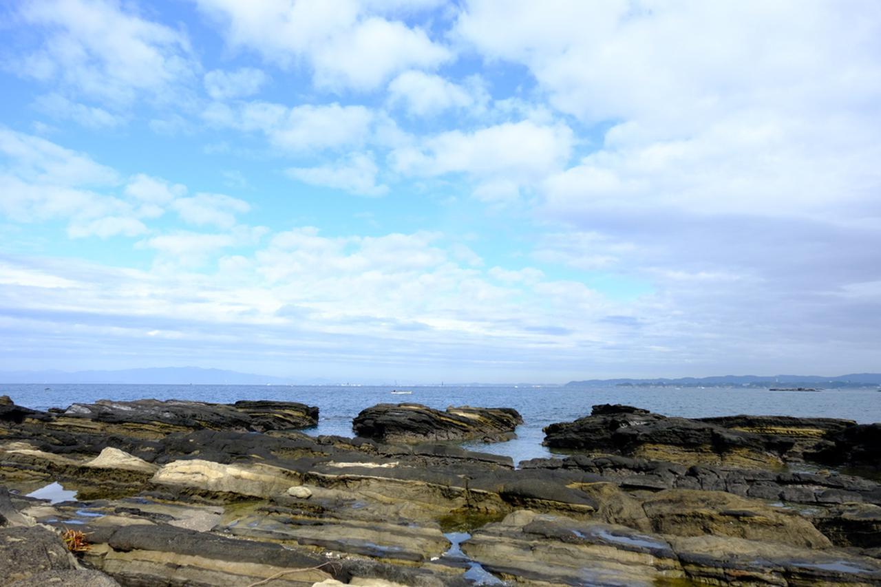 画像: きつね浜に到着です。砂浜と岩場があります。岩を渡って海の方へと近づけますが、歩きやすく滑りにくい靴で行くことをオススメします。