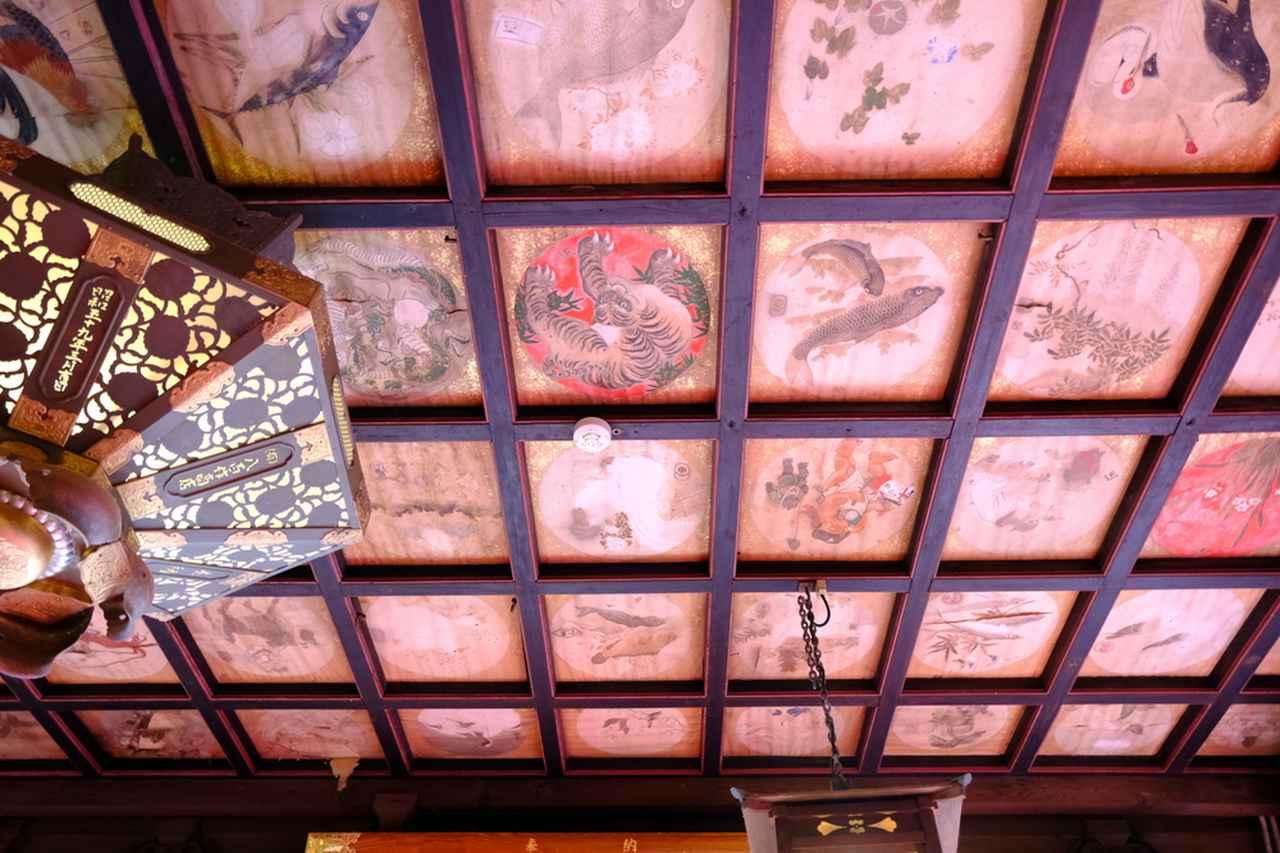 画像: 拝殿の中にも入らせてもらいました。格天井のマスに描かれているのは、当時三崎にたくさんあった魚問屋の絵柄と屋号。