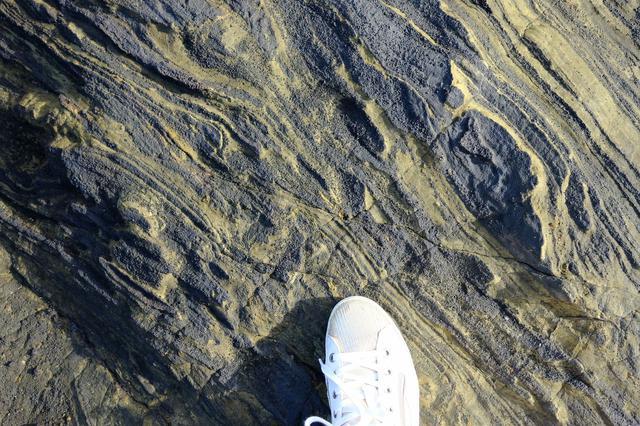 画像: 特異な地層も見られました。溶岩が流れた様子がわかるような岩場や火山灰の跡など、自然が創り出した造形を見ることができました。