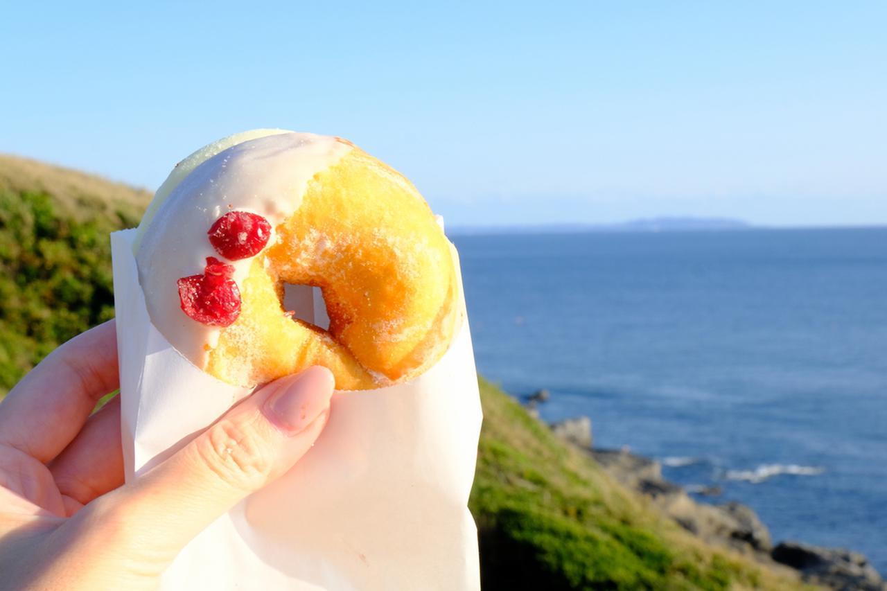 画像: 島をぐるり一周。城ヶ島公園で海を見ながらミサキドーナツでスイーツタイム。
