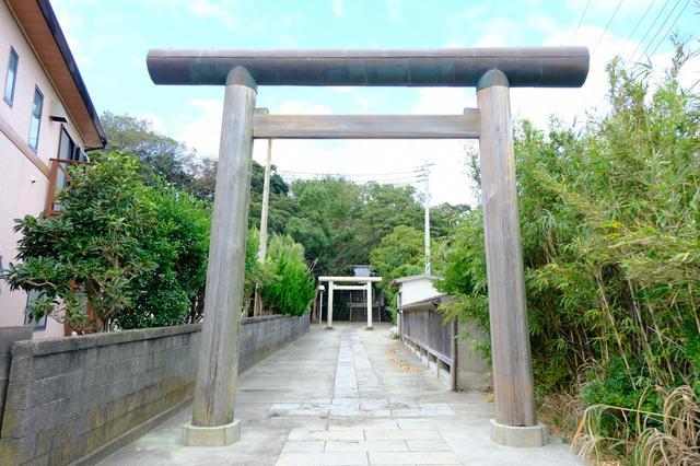 画像: バス停から歩いて散策です。まずは「諸磯神明社」へお参り。