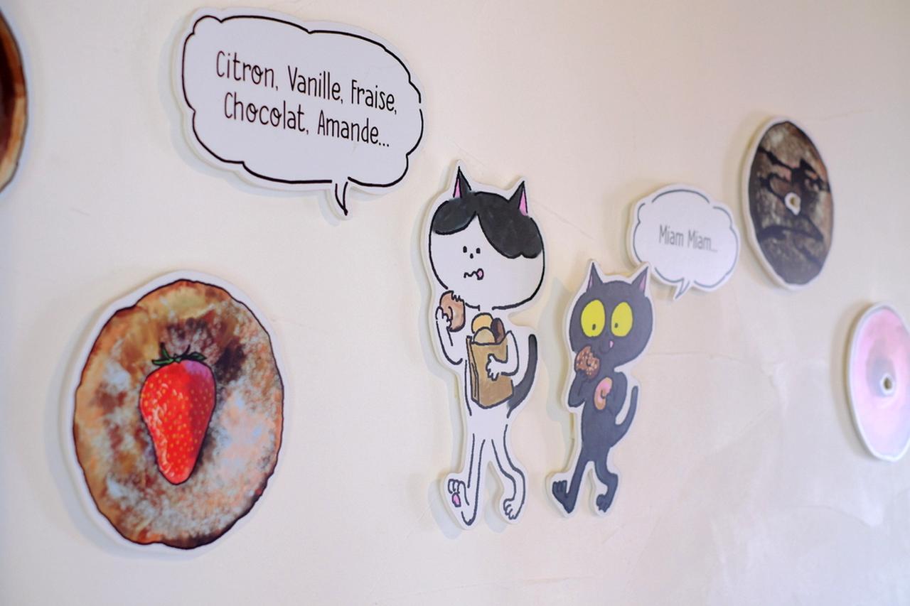 画像: お店のあちらこちらに猫「ボネちゃんとロクちゃん」とドーナツのイラスト。見ているだけでほんわかと和みます。