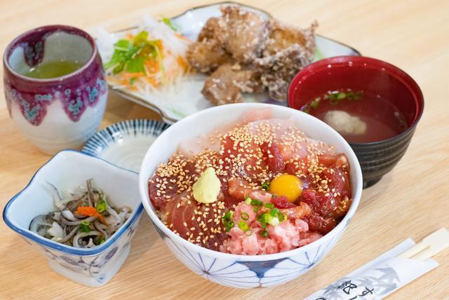 画像: 紀の代のとろとろ丼。4種類のマグロ料理が乗った赤やピンクのカラフル丼です。