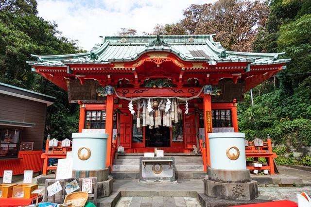 画像: 海南神社拝殿。現在コロナ対策のために鈴が引き上げられています。しめ縄は漁業に使われる縄で、漁業関係者からも厚い信仰を受けていることがわかります。