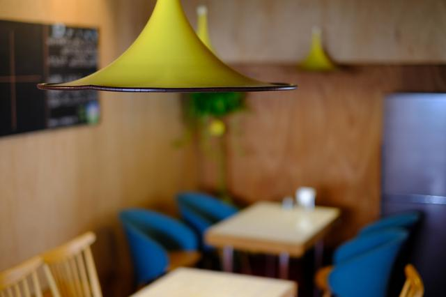 画像: オシャレな照明は定食屋さん時代からの名残。使えるところは極力残してリノベーションしたという、レトロな雰囲気のカフェ。