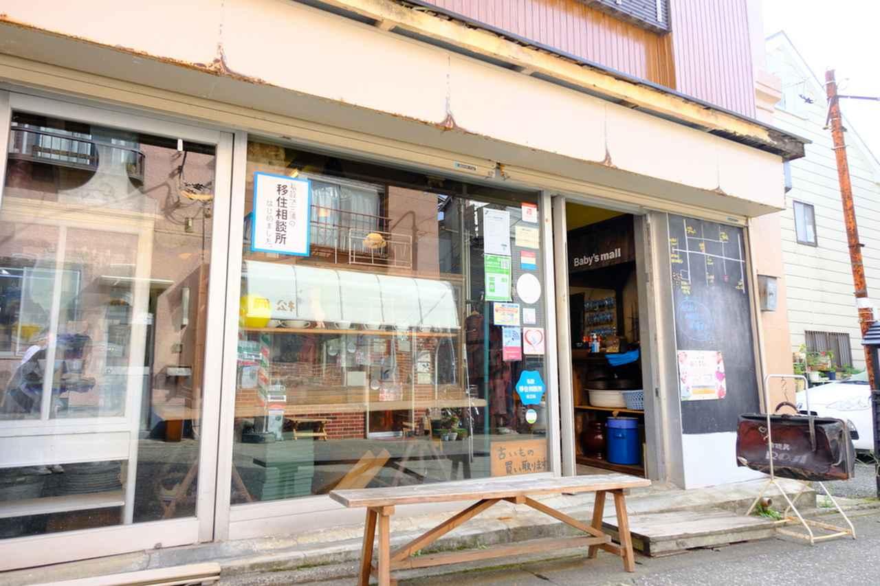 画像: お次にお邪魔したのは「古道具ROJI」。明治から昭和までのなつかしい道具を扱うお店です。ここは、三崎エリアへの移住や二拠点移住の相談窓口にもなっています。