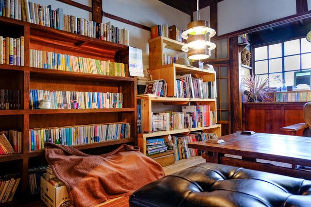 画像: 元々は船具店だったという店舗。時代を経て艶やかな古美の色に包まれます。この空間に不思議と本がなじんでいます。