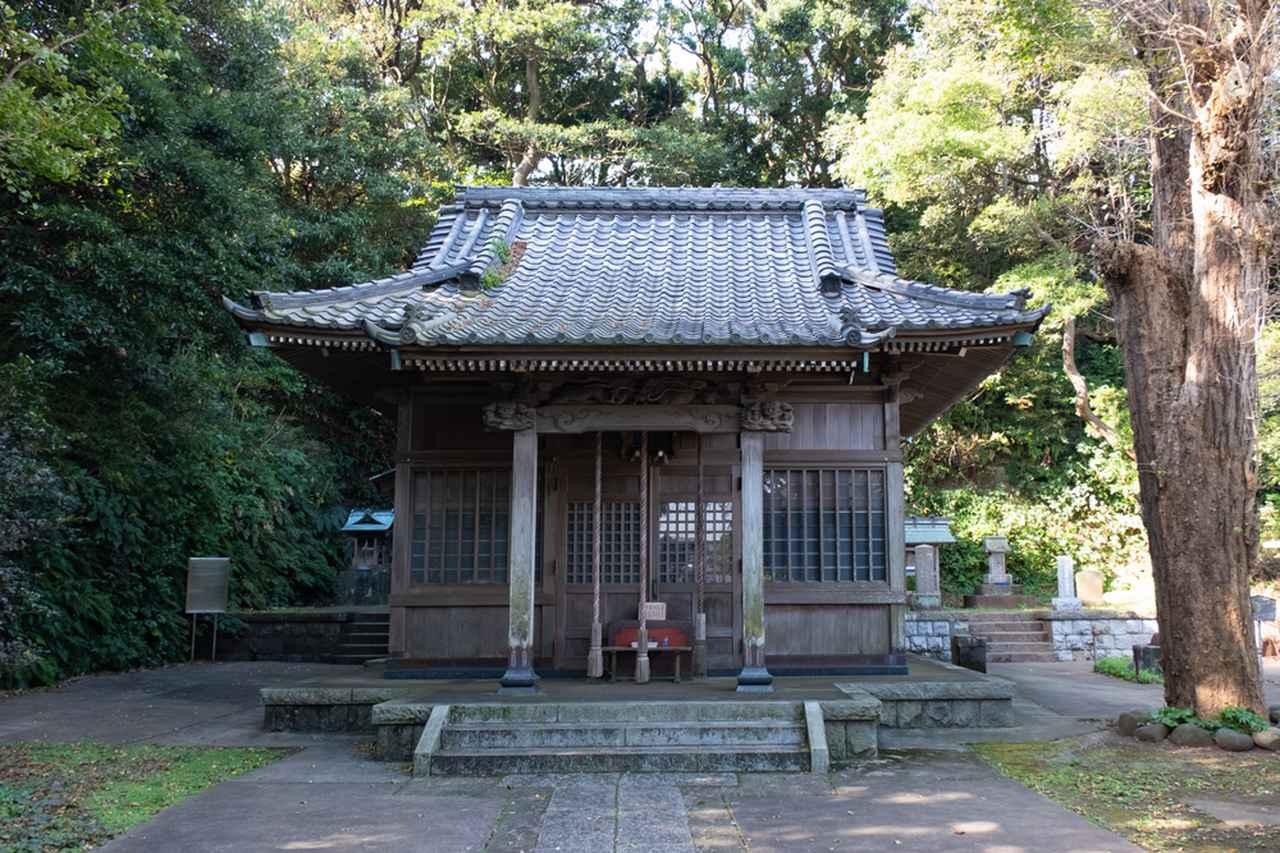 画像: 境内からも海が見える、少し高台にある神社です。近所の方がおさんぽしていたり海鳥の声が聞こえたり、気持ち安らぐ場所でした。