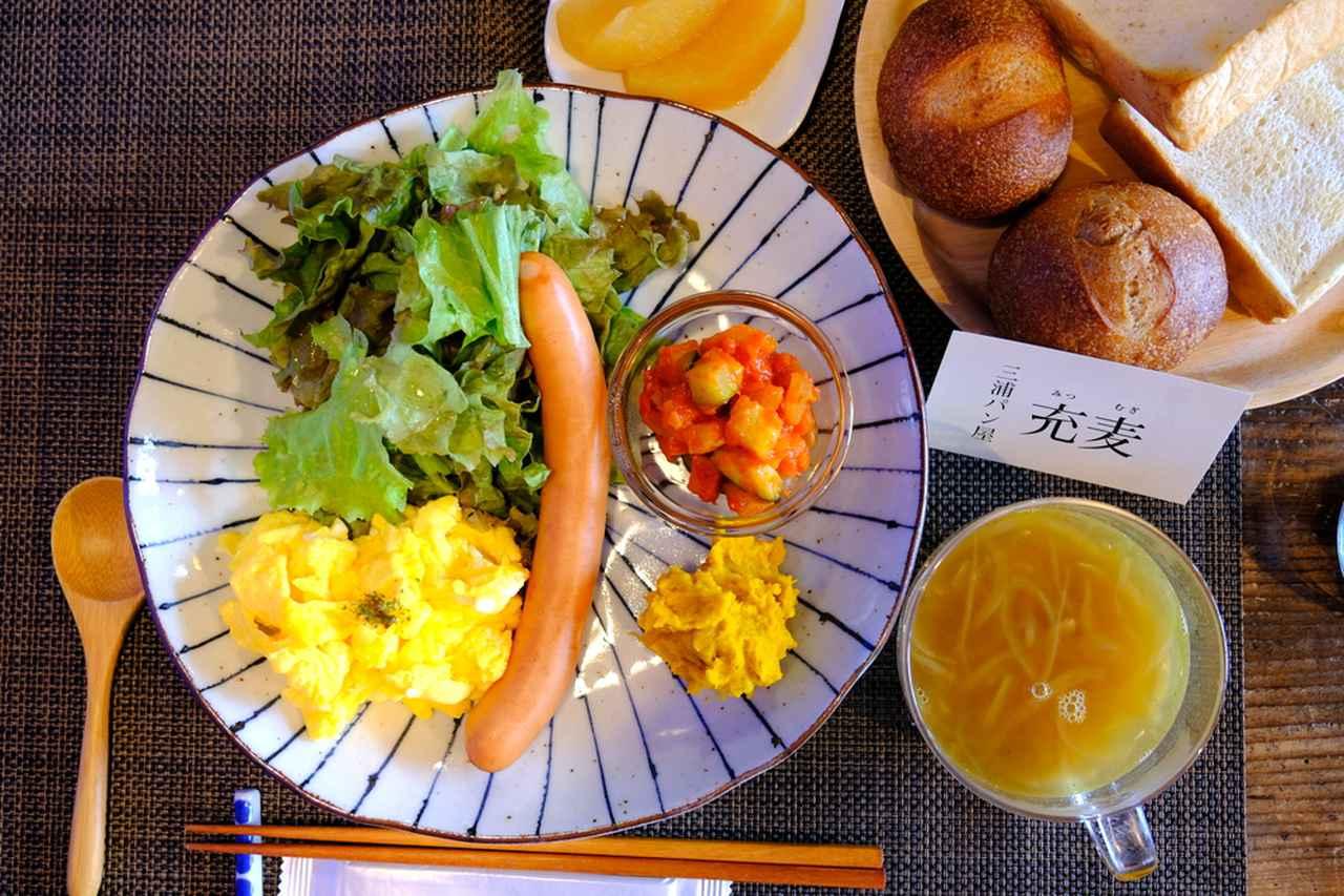 画像: 朝ごはんは評判通りおいしかったです。手作りのヘルシーな洋食。三浦のパン屋さん「充麦」のパン(パン写真は2人前)。