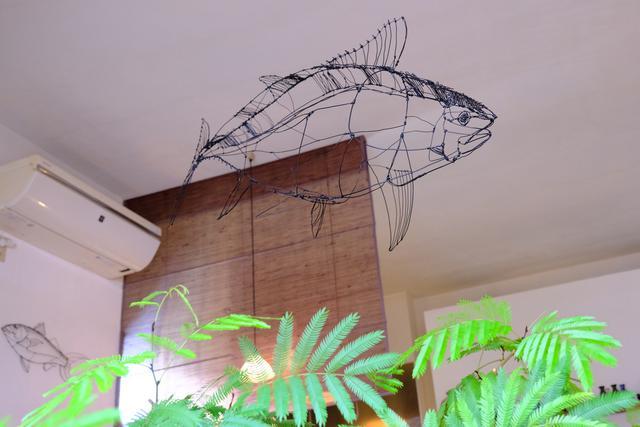 画像: 店内を悠々と泳ぐワイヤーアートのマグロ。小さなお店ですが人気があり、時間によっては売り切れもあるので、早い時間を狙いましょう。