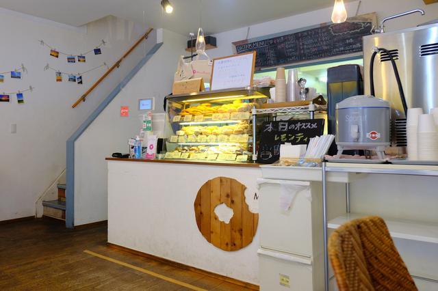 画像: ショーケースにはたくさんのドーナツ。2階のカフェで食べるもし、お土産として持ち帰るのもよし。