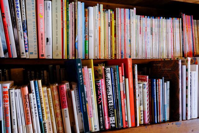 画像: オーナーの蔵書など約5,000冊が並べられ、お茶を片手に自由に読むことができます。写真集から料理本、小説、デザインに関する本など様々。