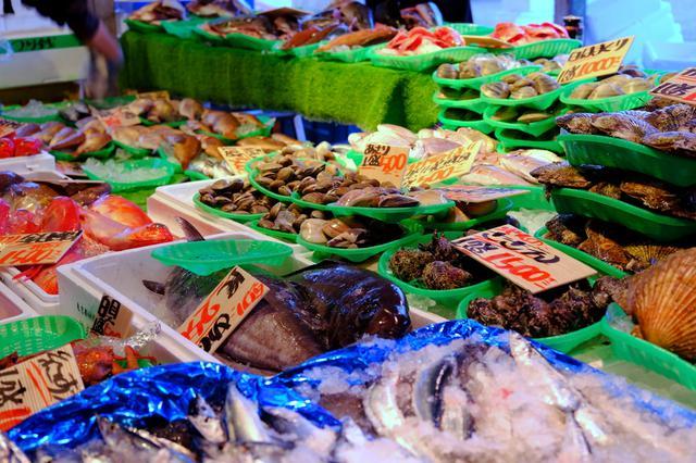 画像: 魚介類の種類も豊富です。海鮮のコーナーはやはり人気で、黒山の人だかりができていました。