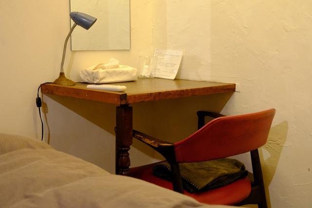 画像: 部屋内のデスクまわりはすっきり片付いています。必要なものが揃っていて不自由しません。
