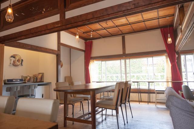 画像: 現在カフェとして使われている2階は、もともと時計屋さんの住居部分だったのだとか。良く見ると和風住宅の間取りをしています。