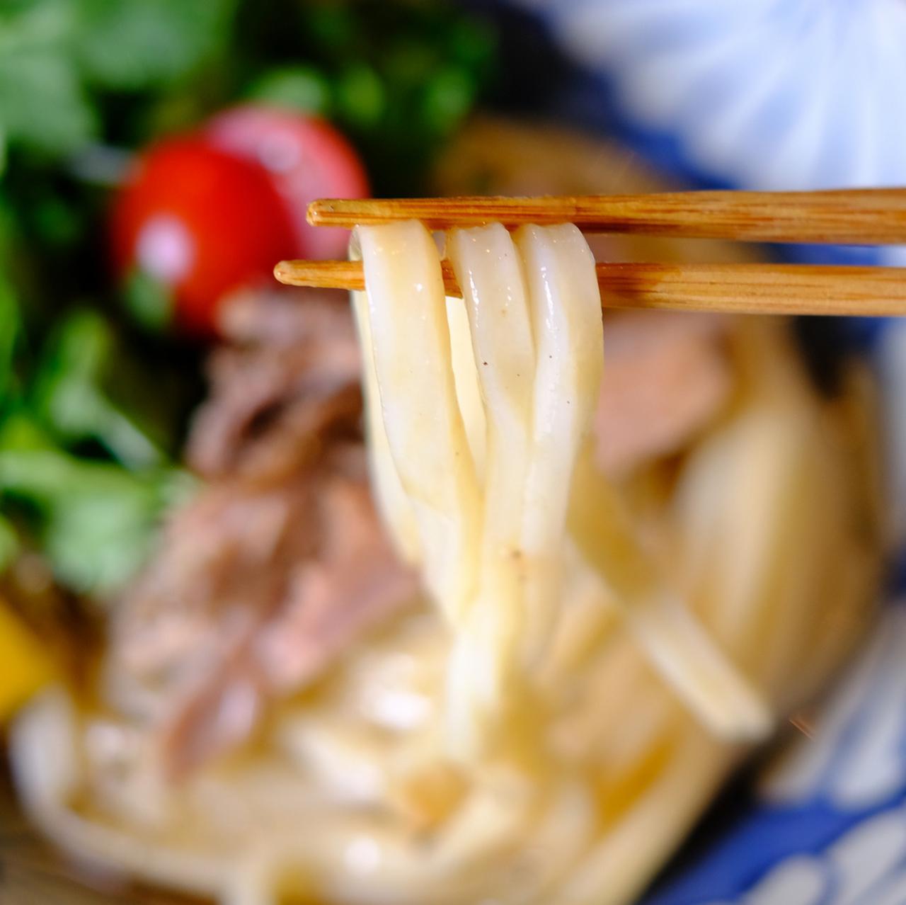 画像: 太麺のもちもちにしっかりとしたコシ、しかししなやかさもあるうどん麺。この味にやみつきになって遠方から通う人も多いのだそう。