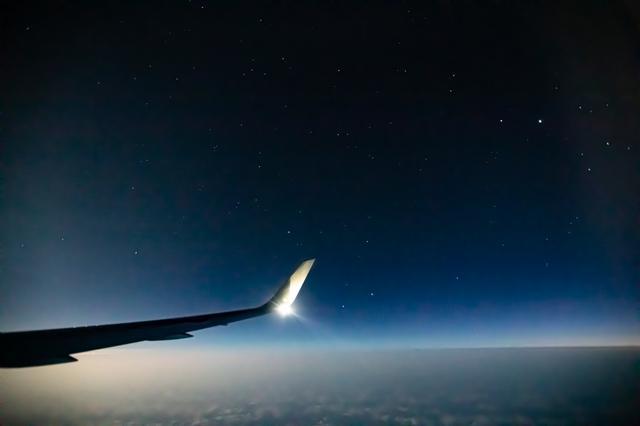 画像3: 高度1万メートルで見る月は、大きく輝いていました