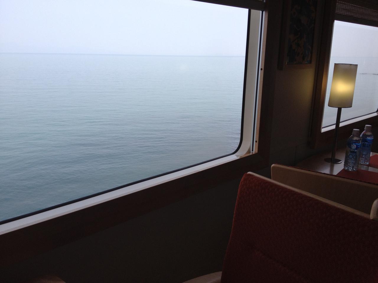 画像: 上田浦付近の車窓。海の上を走っているかのように見える(肥薩おれんじ鉄道提供)