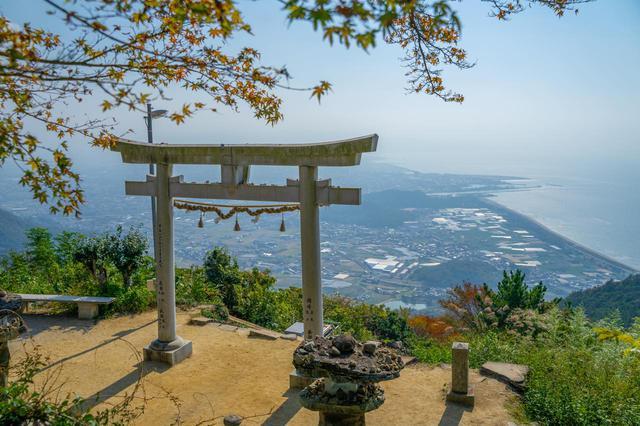 画像1: 稲積(いなづみ)山の山頂に鎮座する「高屋神社」で開運祈願