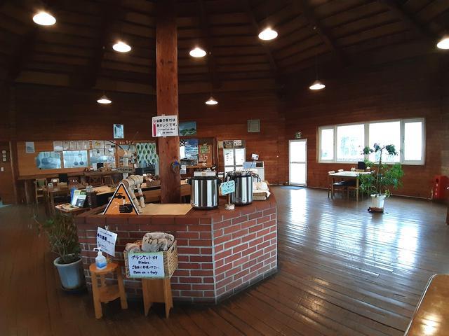 画像: 広々とした八角形のドーム型レストラン。ミルクジャムなど加工品の販売も