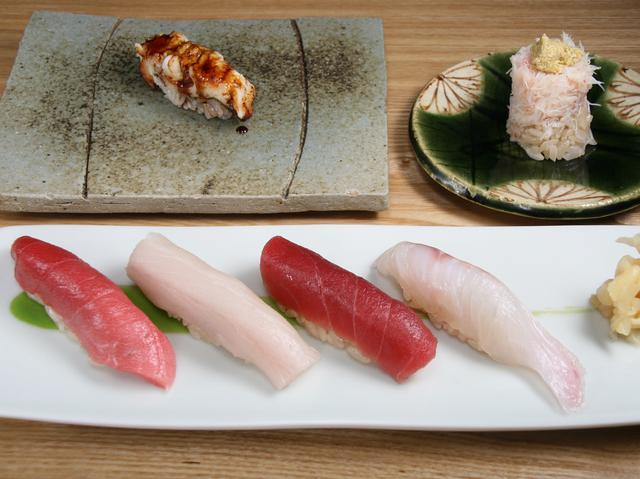 画像: 7000円コースの一部。前菜、お造り盛り合わせ、一品、握り、汁ものという構成